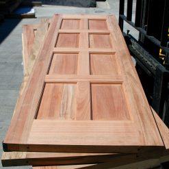 ტროპიკული ხის კარები (შოურუმის სტენდზე ნამყოფი)