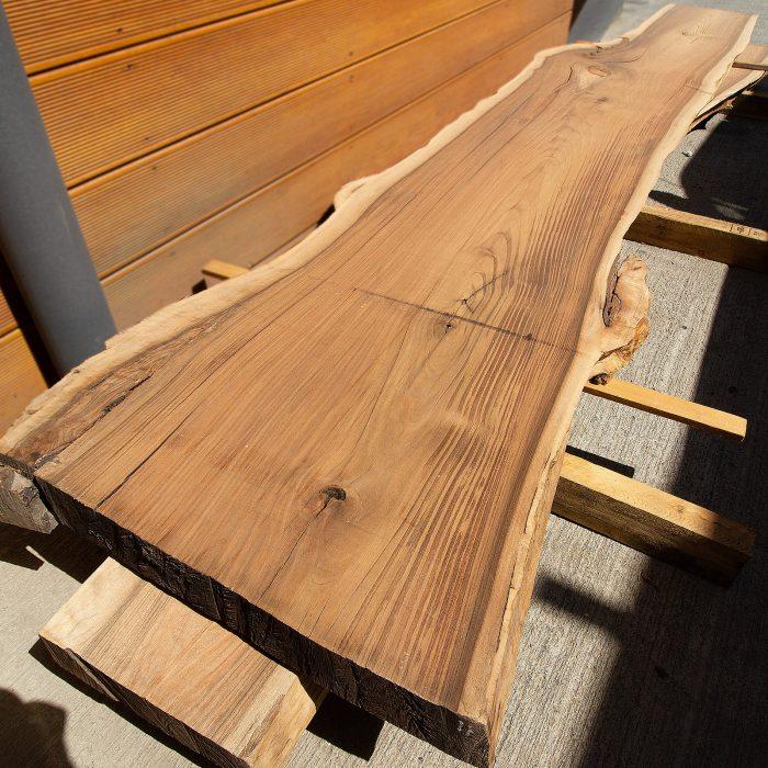 კაკლის მასიური მაგიდის ზედაპირი